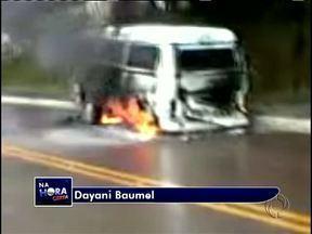 Kombi escolar pega fogo na região metropolitana de Curitiba - O registro foi feito pela telespectadora Dayani Baumel.No veículo só estavam o motorista e a atendente que desceram assim que perceberam o fogo. Ninguém ficou ferido.