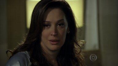 Lívia pensa em Théo - Morena envia mais uma ameaça anônima para Wanda, que desconfia das garotas traficadas. Érica fala para Théo tomar cuidado com Élcio na competição
