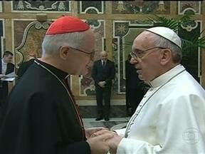 Papa Francisco recebe os cardeais - Depois de uma quinta-feira (14) cheia de compromissos, o Papa Francisco já está de volta ao trabalho. Ele recebe os cardeais para uma audiência na sala Clementina, do Vaticano.