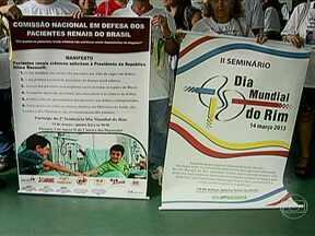 Clínicas de diálise protestam contra atraso no repasse de verbas - Representantes de clínicas de diálise foram a Brasília protestar contra o atraso no repasse de verbas para o tratamento de doenças renais. No Brasil, cerca de 100 mil pessoas são atendidas em clínicas de diálise; e mais de 80% são pagas pelo SUS.