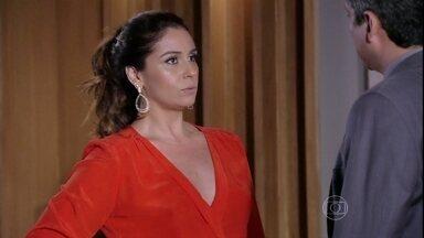 Helô avisa a Stenio que vai para a Turquia - Ela diz que vai resolver o problema de Drika. Ricardo teme o que os traficantes podem fazer com a delegada e passa o contato de um segurança para ela