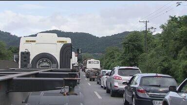 Sexta-feira foi mais um dia de trânsito parado na rodovia Cônego Domênico Rangoni - Caminhões que seguiam para desembarcar nos terminais portuários de Guarujá provocaram um enorme congestionamento