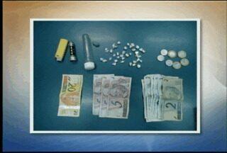 Homem é preso por tráfico de drogas em Santa Cruz do Sul, RS - De acordo com a Brigada Militar, homem estava com pedras de crack e maconha.