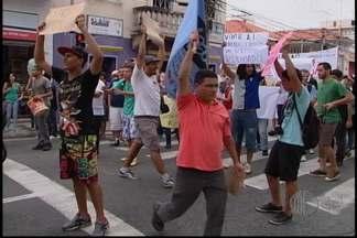 Manifestantes são contra reajuste de tarifas e pedem melhorias no transporte público - Cerca de cem pessoas fizeram uma manifestação neste sábado (16), em Mogi das Cruzes. Elas são contra o reajuste das tarifas e pedem melhorias no transporte público da cidade.