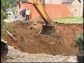 Equipes do Departamento de Água e Esgoto realizam reparos em Bauru após forte chuva - O sábado (16) foi conserto nas ruas de Bauru (SP) para os funcionários do Departamento de Água e Esgoto. A chuva mais fraca permitiu que as equipes trabalhassem em vários pontos danificados pelo temporal de sexta-feira (15).