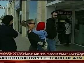 Resgate financeiro causa uma corrida aos bancos do Chipre - A Ilha de Chipre é o quinto país a pedir socorro financeiro à UE. O país vai receber uma ajuda de € 10 bilhões para sanear as contas. Em troca, aceitou um confisco: a cobrança de um imposto de quase 10% para quem tem mais de € 100 mil no banco.