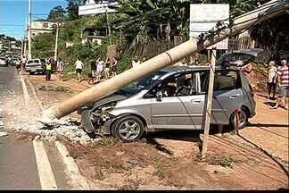 Motorista mexe em painel de carro, bate em poste e deixa 3 feridos no ES - Criança de 12 anos e um casal ficaram feridos na BR-262.PRF alertou que qualquer descuido pode ser fatal.
