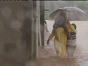 Chuva causa destruição em Cubatão - Em Cubatão, na Baixada Santista, depois de um mês, a chuva voltou a castigar os mortadores do bairro Pilões. A água invadiu várias moradias e os cidadãos carregavam o que podiam nas mãos.