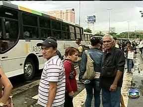 Brasileiros enfrentam duras jornadas para chegar ao trabalho - O Instituto de Pesquisa Econômica Aplicada reuniu dados do IBGE sobre o tempo gasto no transporte público nas principais regiões metropolitanas. A pior situação é em São Paulo e no Rio de Janeiro.