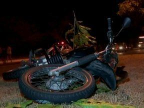 Acidente envolvendo um automóvel e uma motocicleta deixa duas pessoas feridas - Acidente envolvendo um automóvel e uma motocicleta deixa duas pessoas feridas