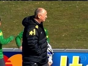 Seleção brasileira faz o primeiro treino para enfrentar a Itália em amistoso - Luiz Felipe Scolari começou o treino com seis alterações em relação ao último jogo, e depois fez mais cinco mudanças. Em 55 minutos, 16 jogadores passaram pelo time titular. O jovem Fernando deve começar jogando contra a Itália.