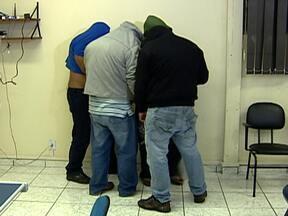 Polícia prende suspeitos de fazer parte de quadrilha de roubo de caminhões em São Paulo - Os homens foram presos em uma abordagem em Interlagos, na noite de quarta-feira (20). Eles estavam com uma carreta carregada de bobinas de aço, que tinha sido roubada na terça-feira (19).