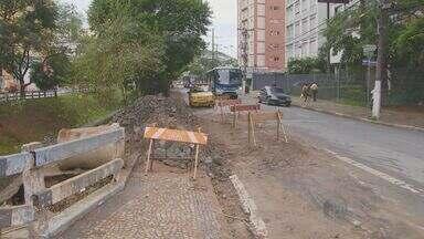 Faixa da Avenida Orosimbo Maia, em Campinas está bloqueada para obras - Uma das faixas da Avenida Orosimbo Maia, em Campinas (SP), entre as ruas da Dona Libânia e Barata Ribeiro, está bloqueada para obras na galeria de obras na galeria de água e esgoto.