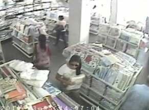 Mulheres são flagradas roubando roupa de cama em loja em Vitória da Conquista - Ação foi flagrada pelas câmeras de segurança do local.