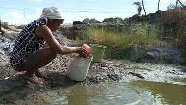 Falta de água afeta população do Sertão e da capital de Alagoas - Na capital, moradores sofrem com o rodízio imposto pela casal. Já no sertão, população busca água em cacimbas e poços cavados em açudes.