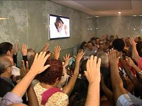 Emílio Santiago é enterrado no Rio de Janeiro - Cantor foi enterrado no Cemitério do Caju, às 11h. Antes, parentes, amigos e fãs se despediram de Emílio Santiago com uma missa que começou a ser celebrada na Câmara dos Vereadores, por volta das 9h.