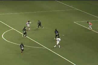 Perdeeeeu, o Ferrão! - Leandro tira de João Marcos e finaliza na cara de Fernando Henrique. Mas ele erra e a bola vai para fora.