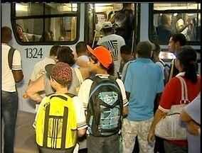 Passageiros de coletivos de Macaé, RJ, sofrem com superlotação - Desde o começo do mês, passagem de ônibus caiu de R$ 2 para R$ 1.Prefeitura garantiu que, até o fim do ano, mais 46 veículos serão incluídos na frota.