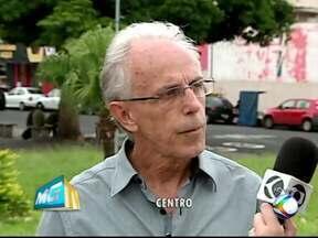 Metade das placas e outdoors irregulares em Uberlândia é retirada - Secretário disse que demais placas devem ser retirados por empresas. Quem descumprir norma será multado, garantiu Eduardo Afonso.