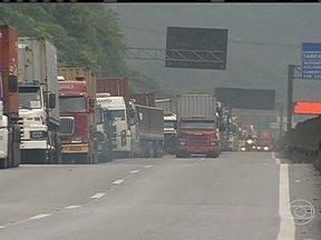Estrada de acesso ao Porto de Santos volta a ficar congestionada - Depois de passar um dia com o trânsito livre, a estrada que dá acesso ao Porto de Santos voltou a ficar com trânsito intenso. Os caminhoneiros não estão respeitando as regras adotadas para minimizar os problemas na rodovia.