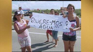 Moradores de Caruaru, PE, protestam contra falta de água em loteamento - População interditou trecho da BR-104 para cobrar ações da Compesa.