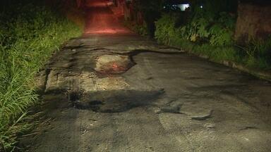 Buracos expõem motoristas a riscos em Manaus - O período da noite é o que mais expõe motoristas a riscos em Manaus por causa dos buracos.