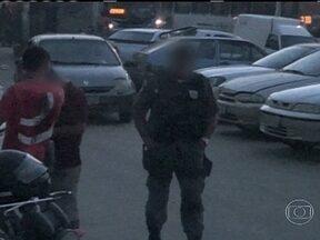 Onze PMs do Batalhão de São Gonçalo são suspeitos de receberem propina - Onze PMs do Batalhão de São Gonçalo, na Região Metropolitana, foram afastados das ruas suspeitos de receberem propina de mototaxistas. Um deles foi preso em flagrante pela Corregedoria da Polícia Militar por tráfico de drogas.