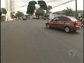 De olho no trânsito: falta sinalização e fiscalização de estacionamento em Londrina - Vias recapeadas recentemente ainda não foram sinalizadas. Uma delas é a Avenida Leste-Oeste. E a prefeitura promete fiscalizar estacionamentos em shoppings e supermercados.