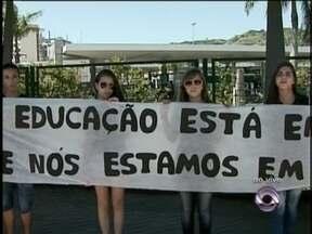 Alunos protestam contra demora no início de aulas de curso pré-vestibular da UFSC - Alunos protestam contra demora no início de aulas de curso pré-vestibular da UFSC