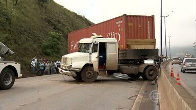 Acidente com carreta complica o trânsito no Anel Rodoviário - Batida foi na altura do bairro Betânia.