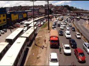 Motoristas de ônibus travam trânsito na Av. ACM em protesto nesta manhã - Eles reclamam que a Agerba não esta'liberando vistoria dos ônibus.