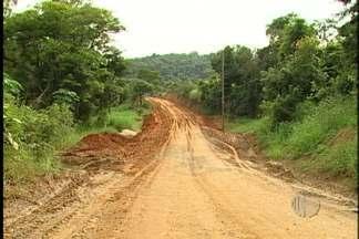Moradores em Mogi das Cruzes reclamam de buracos nas vias - Os moradores de Mogi das Cruzes reclamam de buracos nas vias. Quem precisa da Estrada do Beija-Flor encontra muitas dificuldades.