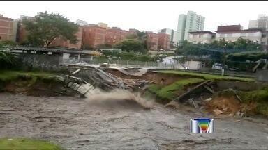 Vídeo mostra queda de muro durante chuva na avenida Guadalupe em São José dos Campos (SP) - Morador registrou a queda de um muro na avenida Guadalupe, que está interditada desde sábado em São José dos Campos.