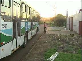 Moradores pedem mais pontos de ônibus com cobertura - Em Cascavel há vários pontos sem proteção para sol e chuva.
