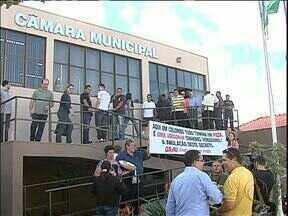 Vereadores derrubam veto e prefeitura de Colombo volta a ser ficha limpa - Na sessão da Câmara de Vereadores teve até protesto a favor da prefeita.