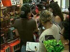Lojas de chocolates lotadas - Muita gente tem até que enfrentar fila atras do ovo de Páscoa