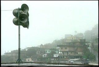 Sirenes de alerta voltam a tocar em Petrópolis, RJ - Quitandinha, Alto Independência e Siméria estão mobilizados.Pequenos deslizamentos foram registrados; não há registro de vítimas.