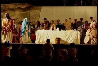 Apresentação de quadros vivos com trechos da vida de Cristo emociona moradores de Corinto - Espetáculo é tradição na cidade.