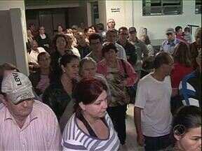 Mudanças no agendamento de consultas médicas aumentam as filas em Cianorte - Muitos pacientes precisam dormir na fila de espera para garantir uma consulta com médico especialista.