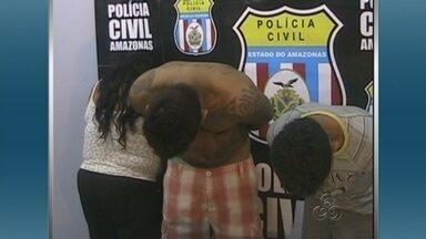 Mãe e filho são presos suspeitos pelo crime de tráfico de drogas, em Manaus - Suspeita disse que com venda das drogas conseguia comprar comida.