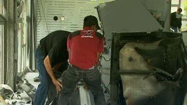 Bandidos explodem pela terceira vez agência bancária em Caldas, no sul de MG - Suspeitos abandonaram dois carros durante a fuga.