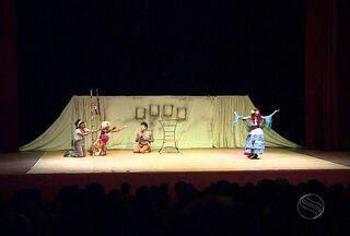 Entrada gratuita marca primeiro dia de Semana do Teatro em Sergipe - A terceira edição da Semana Sergipana do Teatro começou na noite desta quarta-feira (27) com a apresentação do Grupo Imbuaça, no teatro Tobias Barreto. Entrada gratuita marcou a noite.