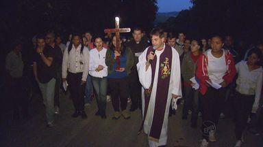 Nesta sexta-feira santa, fiéis se reuniram em Poços de Caldas para participar da Via Sacra - Nesta sexta-feira santa, fiéis se reuniram em Poços de Caldas para participar da Via Sacra