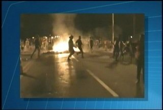 Protesto fecha BR-101 e causa 24 km de engarrafamento em Rio Bonito, RJ - Manifestantes querem redução nas tarifas dos ônibus do município.A pista foi bloqueada por pneus em chamas.