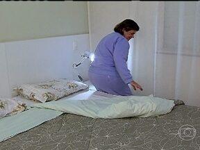 Especialistas tiram dúvidas sobre a higienização da casa - Os especialistas explicam que nunca se deve usar o tecido que cobre a cama para se cobrir porque ele retém muita sujeira. A pediatra Ana Escobar e o arquiteto Gustavo Calazans falam sobre a saúde da casa.
