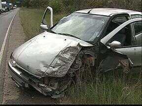 Motorista foge depois de acidente na PR-151 - O carro bateu de lado em um caminhão num trecho sem acostamento da estrada.