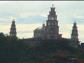 Brazlândia abriga o segundo maior santuário do país - O Santuário Menino Jesus de Praga, que foi construído com doações, pode ser observado de vários pontos da cidade. A imagem do Menino Jesus de Praga foi a primeira a chegar no Distrito Federal.