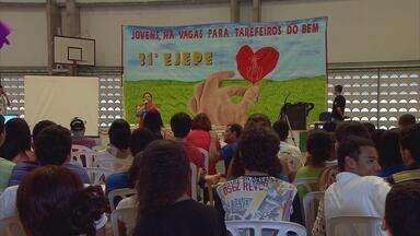 Em Olinda, 400 alunos se reúnem no Encontro da Juventude Espírita - Estudantes se isolam no Colégio Dom para conviver durante o feriadão. Evento gira em torno do tema 'Há vagas para tarefeiros do bem'.