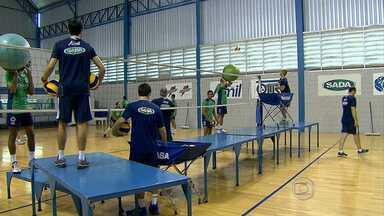Cruzeiro treina forte para enfrentar o Sesi neste sábado - Jogadores do time de vôlei do Cruzeiro participam de um treino diferente