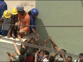 Operários da Arena Fonte Nova são flagrados vendendo ingressos para jogo - Muita gente conseguiu ingresso por meio dos operários da Arena Fonte Nova, que tinham acesso livre às bilheterias.